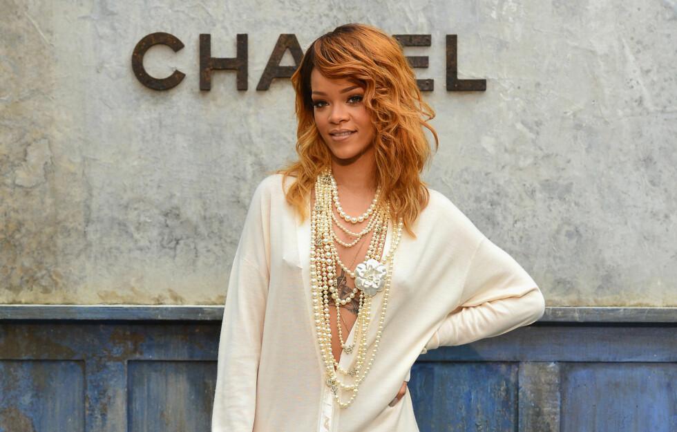 SEXY: Rihanna poserte villig for fotografene før Chanel-visningen i Paris.  Foto: All Over Press