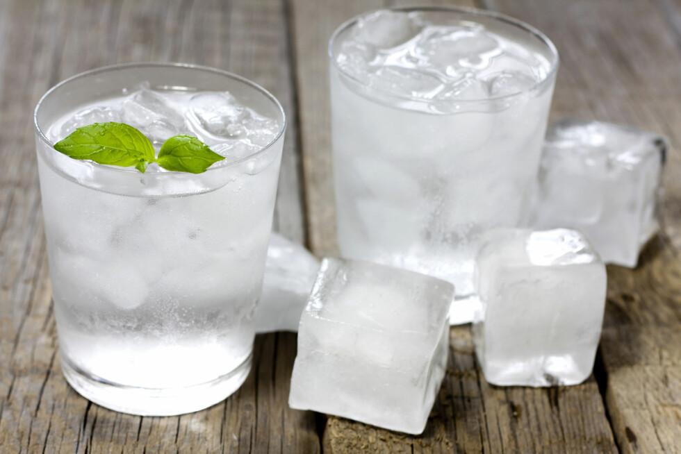 VANN: Hvis du stadig føler på at du er sliten, kan det faktisk skyldes dehydrering. Fyll derfor opp med vann.  Foto: udra11 - Fotolia