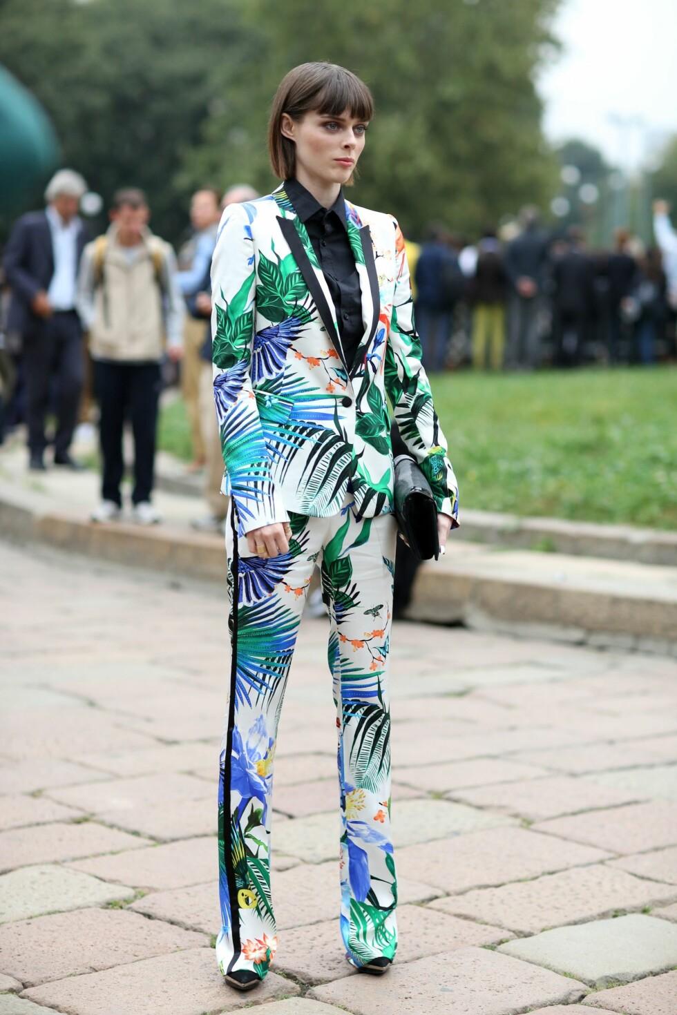 HEFTIG PRINT: Tør du ta den helt ut som Coco Rocha? Hvis du har litt mønster-skrekk kan du enten velge jakken eller buksen og kombinere det med en nøytral farge. Foto: REX/Silvia Olsen/All Over Press