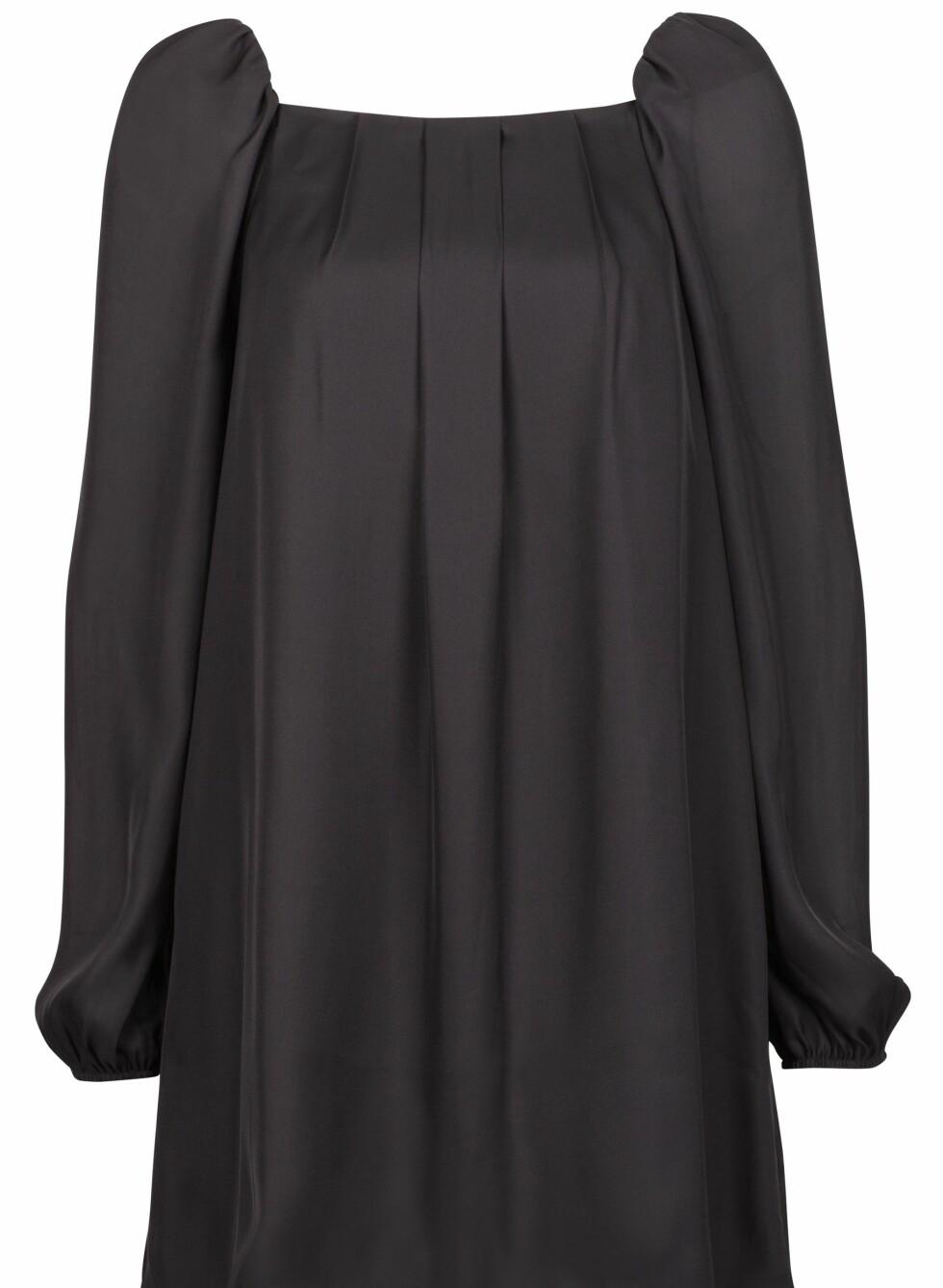 299 KRONER: Perfekt svart partykjole som blir rocka med belte i livet.  Foto: Produsenten