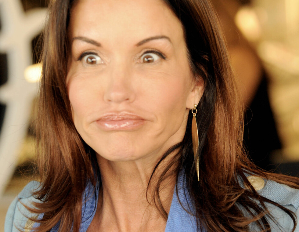 Janice Dickinson er hos Mac og blir sminket. Sett bort i fra crazy eyes ser Janice strålende ut. Foto: All Over Press