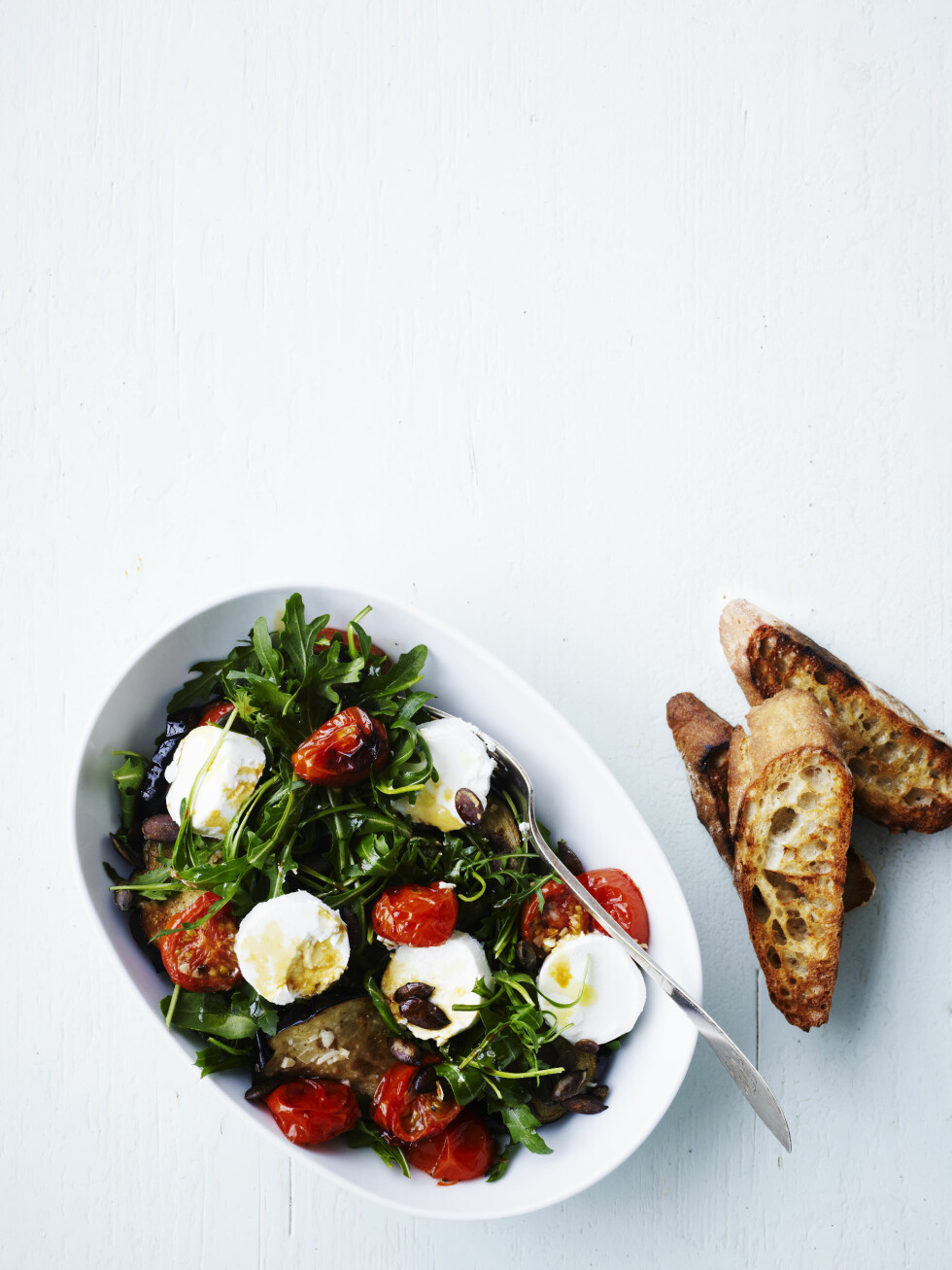 <strong>CHEVRE:</strong> Med en kraftig ost som chevre, savner du ikke kjøtt i denne lune salaten.  Foto: All Over Press