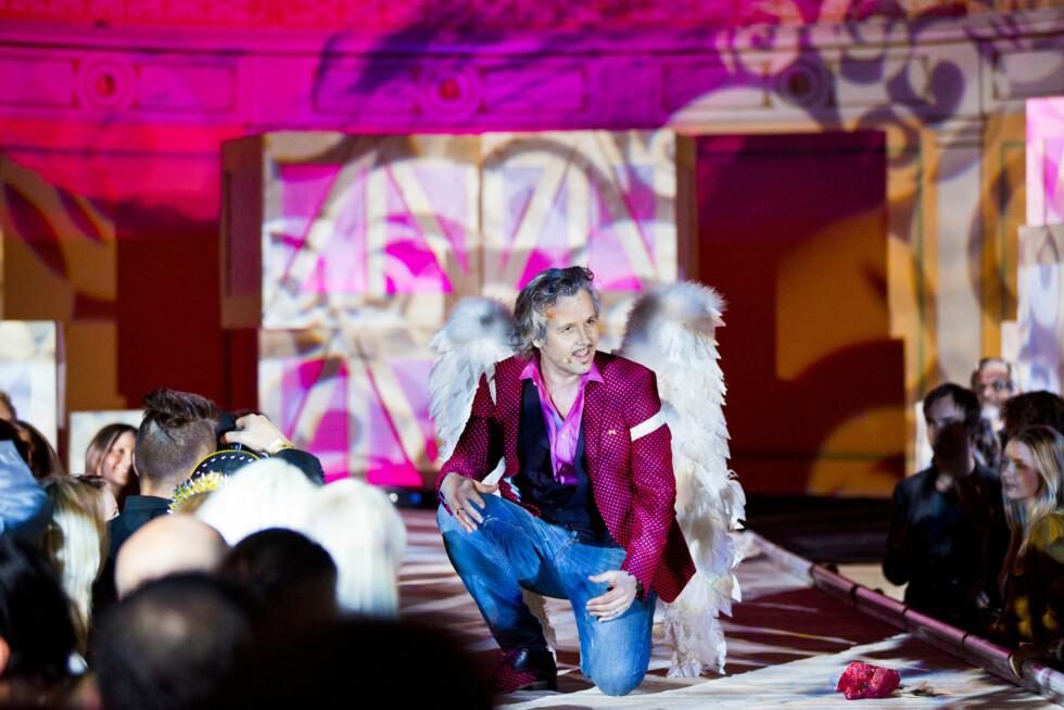 PANGSTART: Ari Behn sørget altså for en pangstart på showet - med englevinger og Moods-jakke. Foto: KK/Sara Johannessen