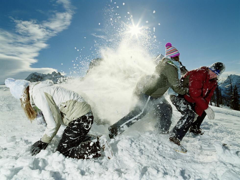 <strong>SUPER AKTIVITET:</strong> Snøballkrig er både morsomt og slitsomt. Få med hele familien! Foto: Getty Images
