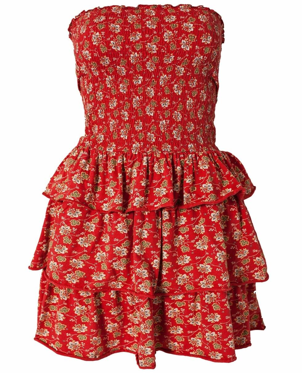 Rød-blomstrete stroppeløs kjole (800 kroner, Denim&Supply).  Foto: Produsenten