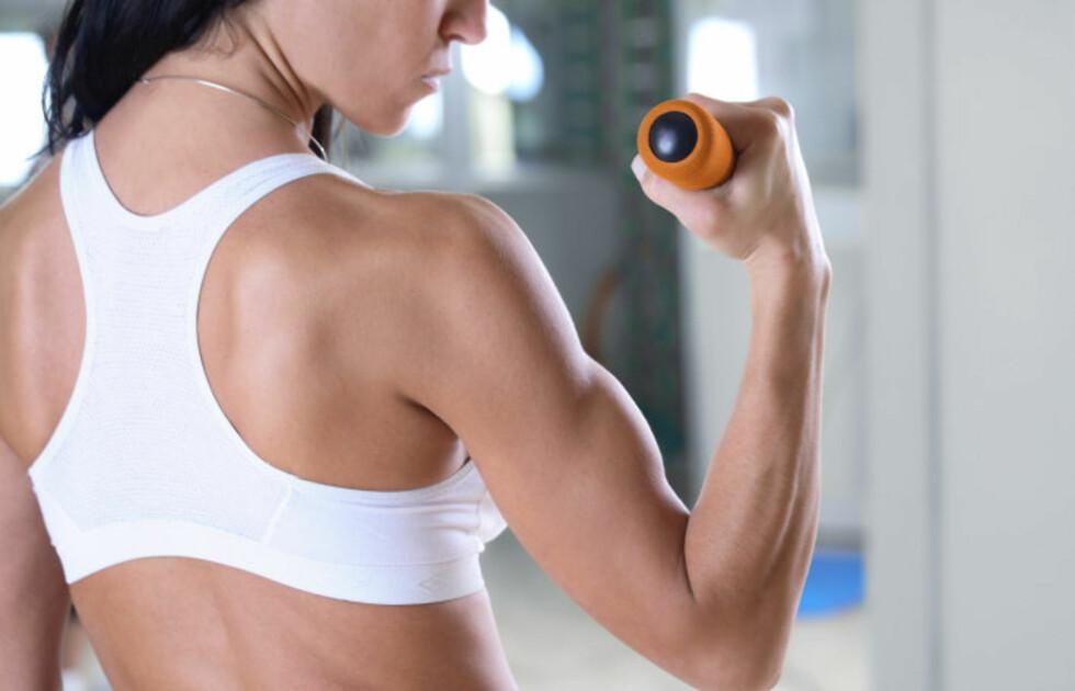 """TREN TRICEPS: Triceps-muskelen er den som går på undersiden av overarmen din - altså nedenfor/under bicepsen - som buler på dette bildet. Denne er viktig å trene triceps for å unngå slapp muskulatur og medfølgende """"grevinneheng"""".  Foto: Getty Images/iStockphoto"""