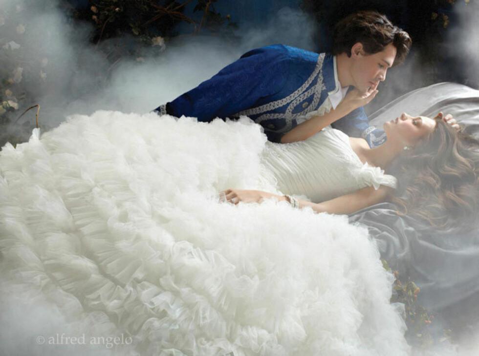TORNEROSE: Også kjolen fra fortellingen om Tornerose er eventyrlig. Lag på lag med tyll og rysjer. Foto: Alfred Angelo.com