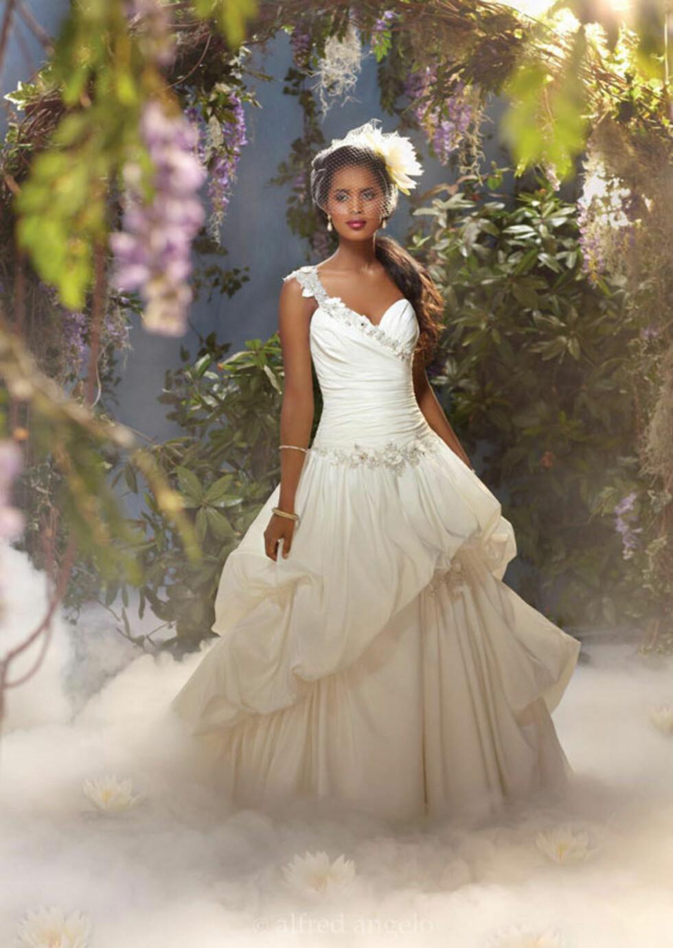 """TIANA: Dette er kjolen fra den nyeste eventyrfilmen """"Prinsessen og frosken"""". Kjolen har vakre detaljer med perler og blomster. Foto: Alfred Angelo.com"""