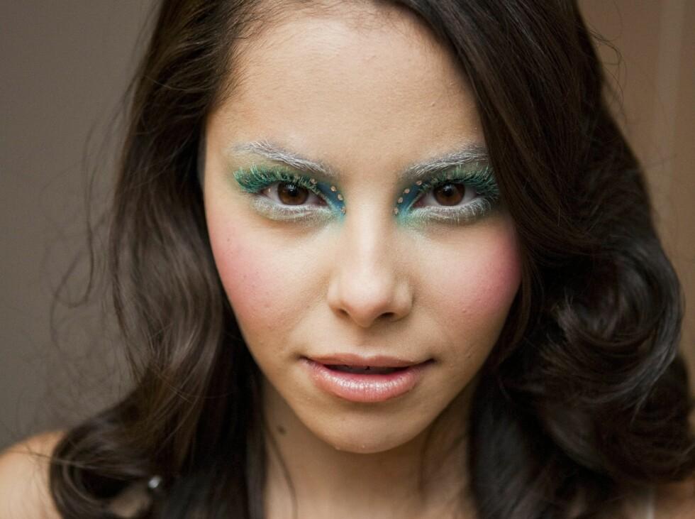 <strong>DU TRENGER IKKE GJØRE DET SÅ EKSTREMT:</strong> – Lookene er til for å inspirere og skape en kreativ tanke hos kunden, så du trenger ikke å bruke akkurat de fargene som hører til looken, sier Makeupartist og Make Up Stores presseansvarlige i Norge, Hanna Karlsson. Foto: Per Ervland