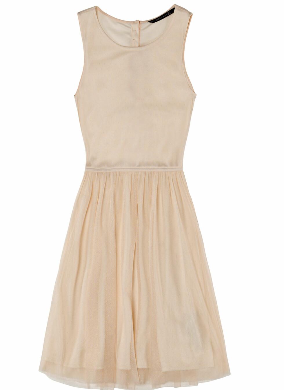 Pudderfarget kjole med utsvingt skjørt (Pris kommer). Foto: Zara