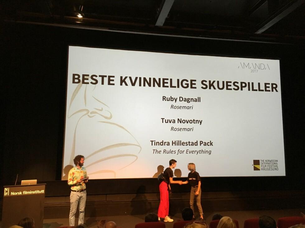 GJEV NOMINASJON: Ruby Dagnall er blitt nominert i kategorien «Beste kvinnelige skuespiller», i forbindelse med Amandaprisutdelingen i Haugesund i august, for sin rolle i filmen «Rosemari». Her med Tindra Hillestad Pack (t.h.) som også er nominert i kategorien. Foto: Malini Gaare Bjørnstad