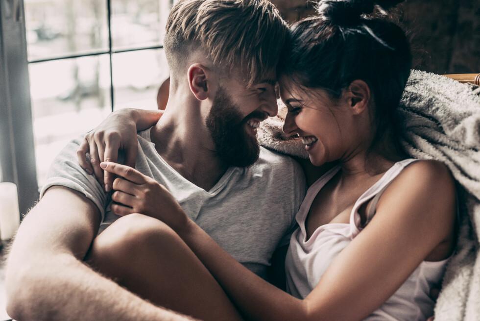 FLØRT: I starten av et forhold kurtiserer vi hverandre, med tekstmeldinger, blikk og kjærtegn, som gjør at vi er alltid klare for sex. Foto: NTB scanpix