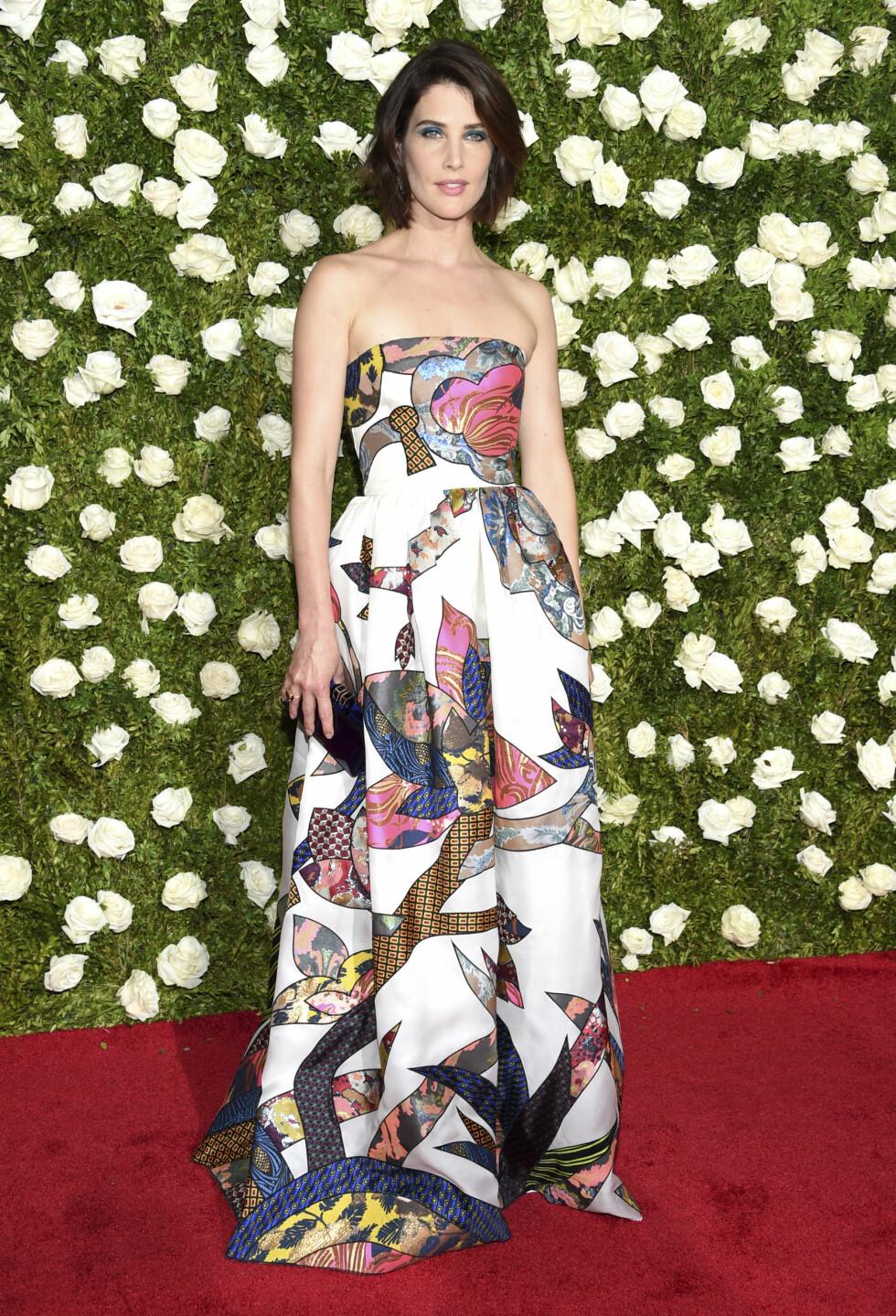 TONY AWARDS: Skuespiller Cobie Smulders i en blomsterkreasjon. Foto: NTB Scanpix