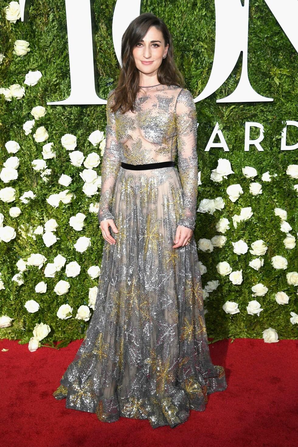 TONY AWARDS: Artist Sara Bareilles i en gjennomsiktig kjole med strass. Foto: NTB Scanpix