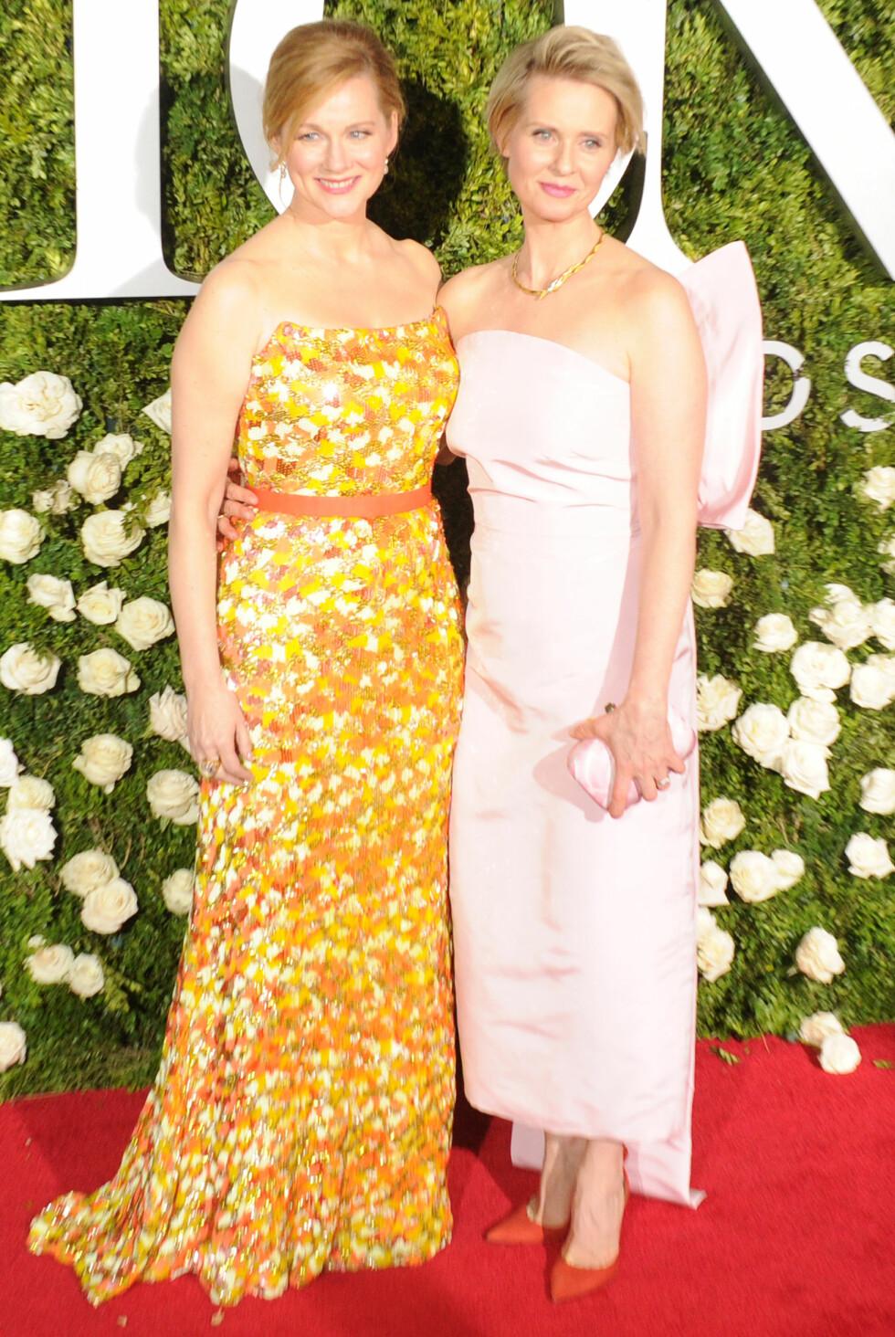 TONY AWARDS: Skuespillerne Laura Linney og Cynthia Nixon i sommerlige antrekk. Foto: NTB Scanpix