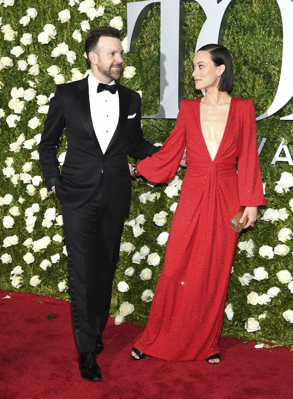 TONY AWARDS: Skuespiller Olivia Wilde i en spesialdesignet kjole fra Michael Kors. Ingen tvil om at ektemannen Jason Sudeikis var stolt av sin flotte kone! Foto: NTB Scanpix