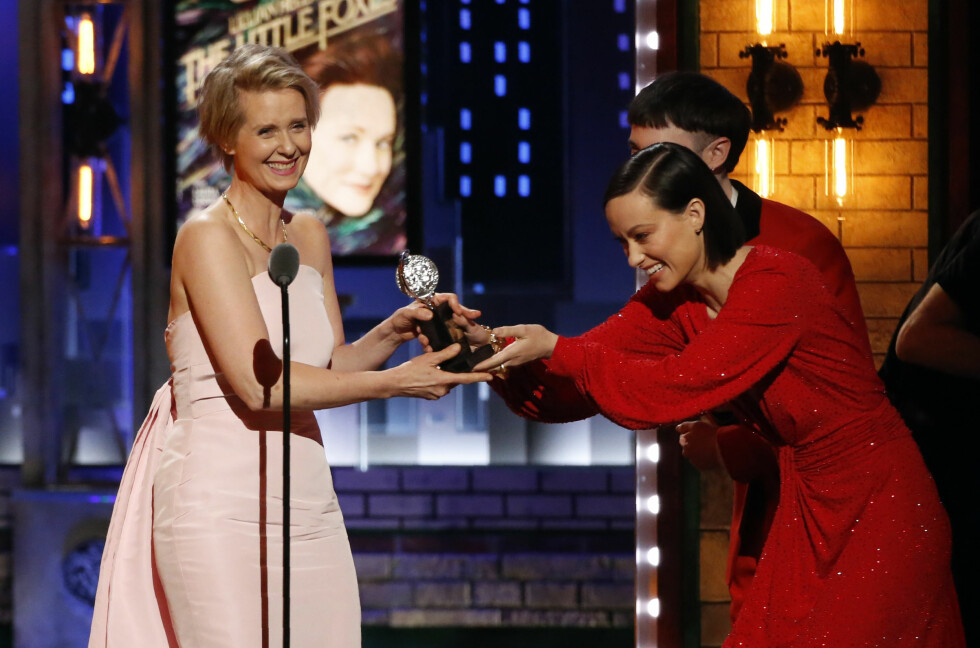 BLE HYLLET: Olivia Wilde delte ut pris til Cynthia Nixon under Tony Awards.  Foto: NTB Scanpix
