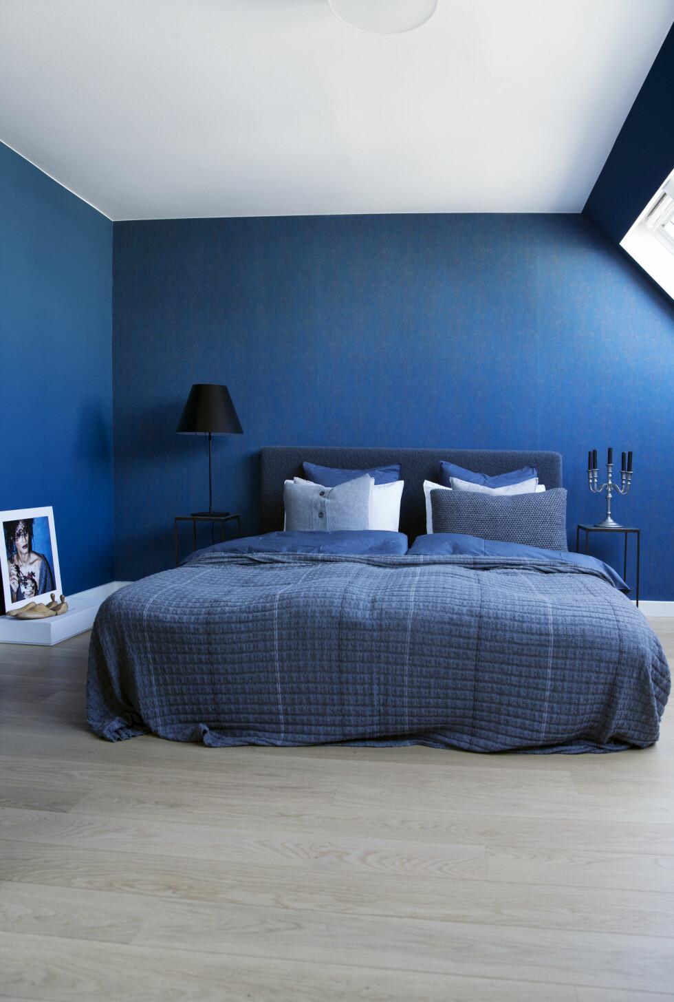 <strong>SOVEROM:</strong> Beroligende blå tapet fra Frederik Bagger Home. Sengeteppe fra Aiayu. Foto: Yvonne Wilhelmsen