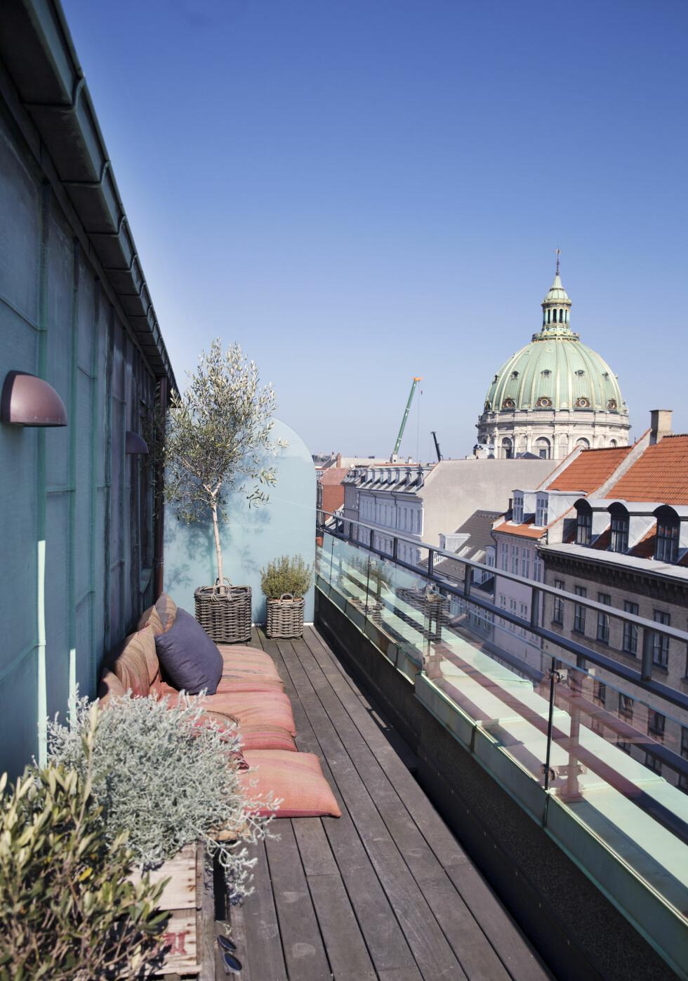 <strong>UTELIV:</strong> På balkongen er det lounge-stemning og vakker utsikt mot Marmorkirken. Foto: Yvonne Wilhelmsen