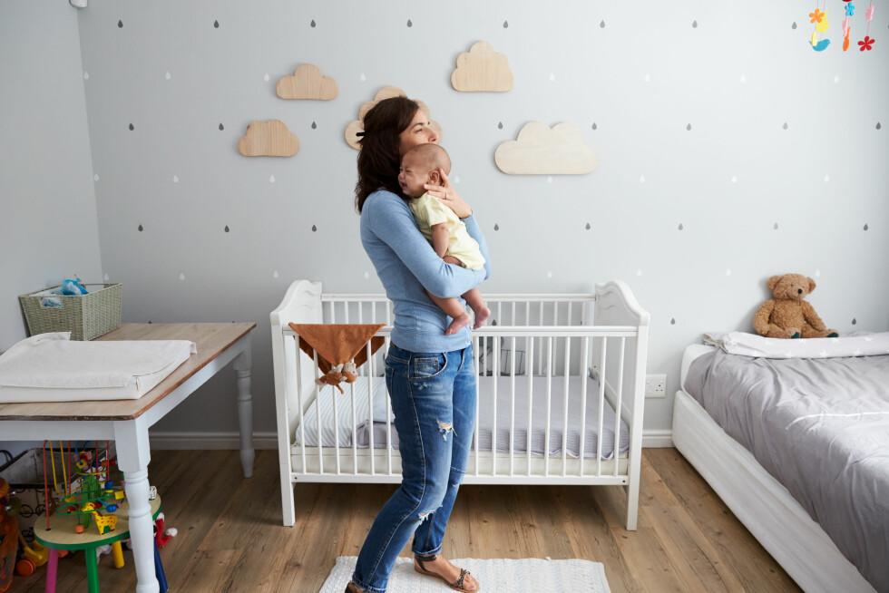 TRYGT Å SOVE: Barnet må læres at det er trygt å sove og at du er der. Men prøv å trøste med stemmen før du tar barnet opp.  Foto: Scanpix