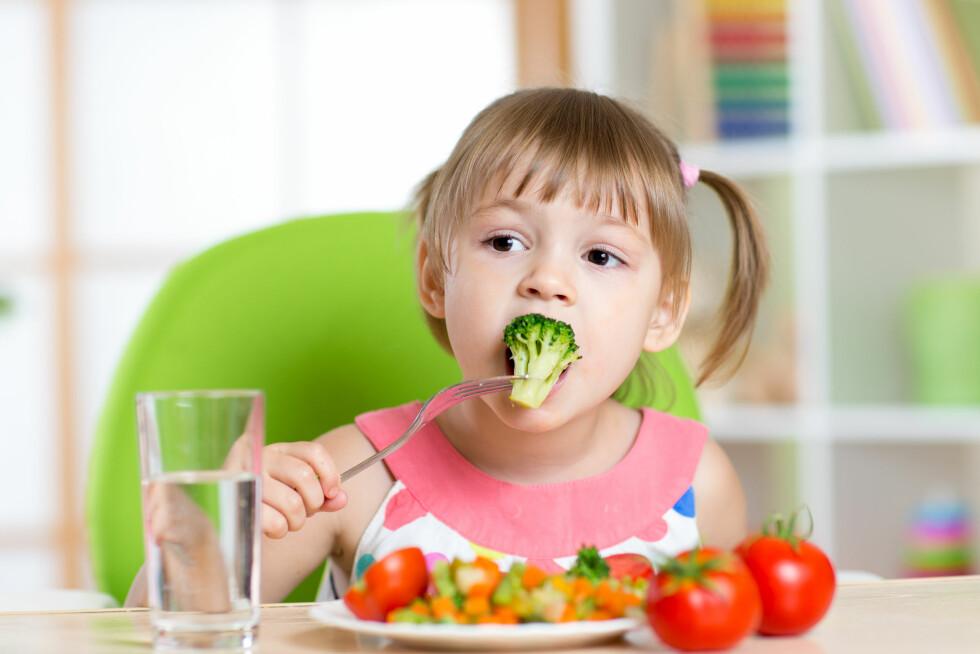 VIKTIG Å SMAKE: Det må være greit å ikke like absolutt alt, men det er viktig å smake. Blir barna eksponert for mye forskjellig mat vil de også like mye forskjellig mat.  Foto: Scanpix
