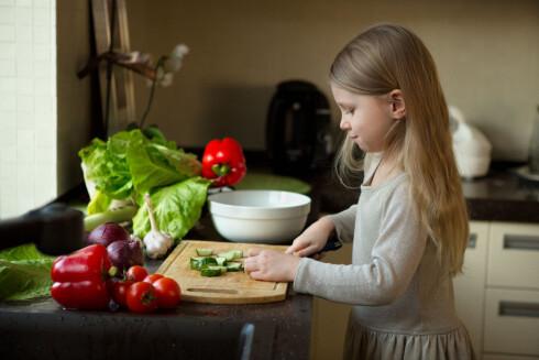 LA DEM HJELPE TIL: Barn vil ofte spise mat de har vært med på å lage.  Foto: Scanpix