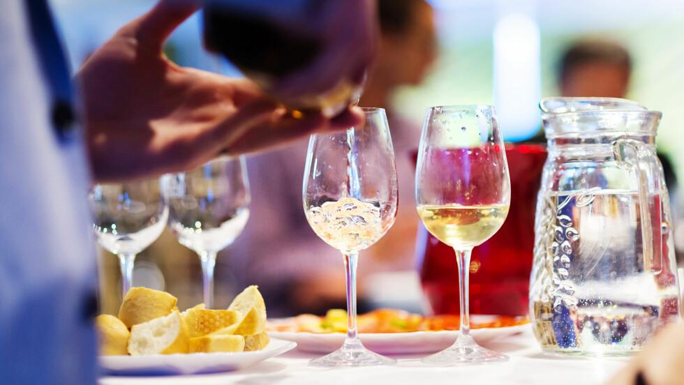 ALKOHOL OG KOS: De fleste av oss tar noen ekstra glass i solsteken. Men hvordan påvirker alkoholen oss i sola?  Foto: Halfpoint - Fotolia
