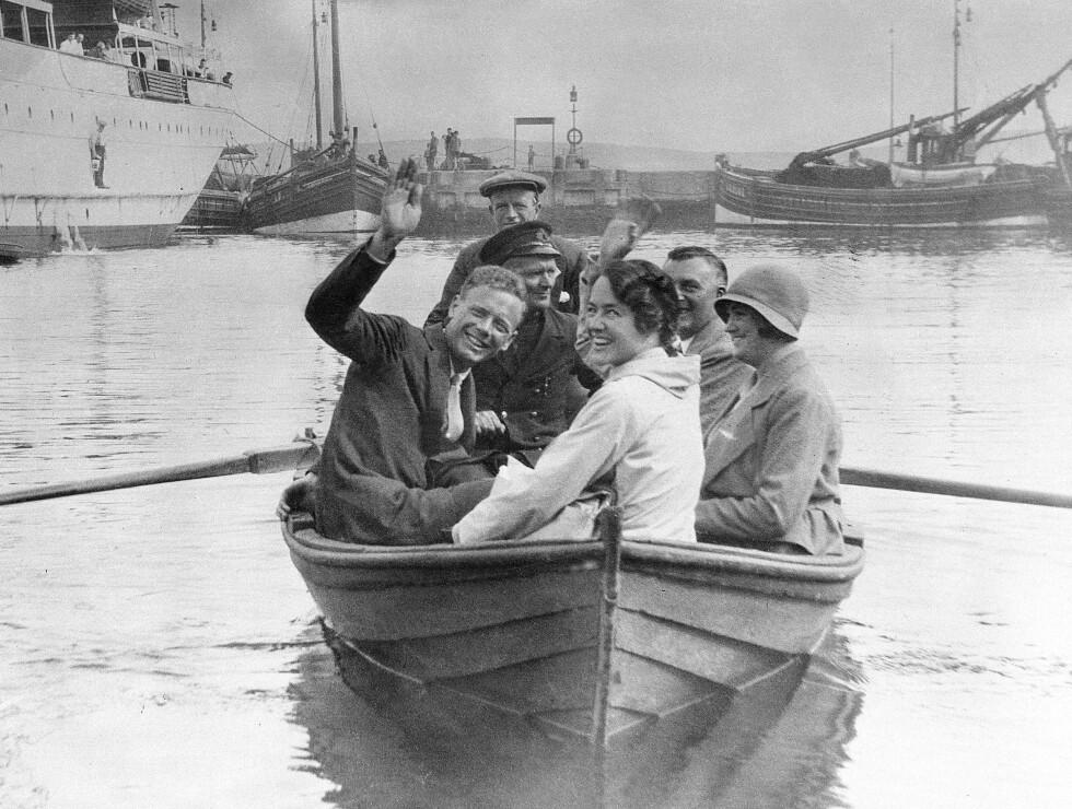 SPORTY EKTEPAR: Både Charles Lindbergh og hans kone Anne Morrow Lindbergh var aktive flygere. Her vinker de fra en robåt i det de er på vei fra Shetlandsøyene til København høsten 1933. Foto: NTB Scanpix