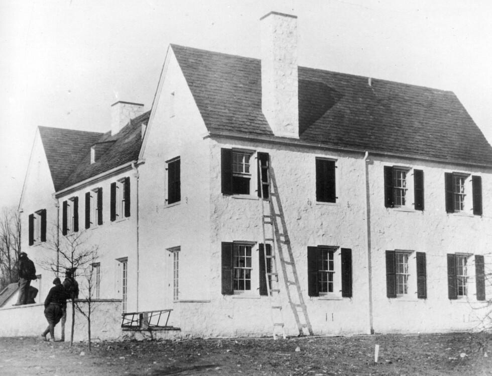 HOPEWELL: Politietterforskere utenfor Lindbergh-familiens hus i Hopewell, New Jersey i desember 1934. Stigen på bildet er den samme som ble brukt under kidnappingen. Foto: NTB Scanpix