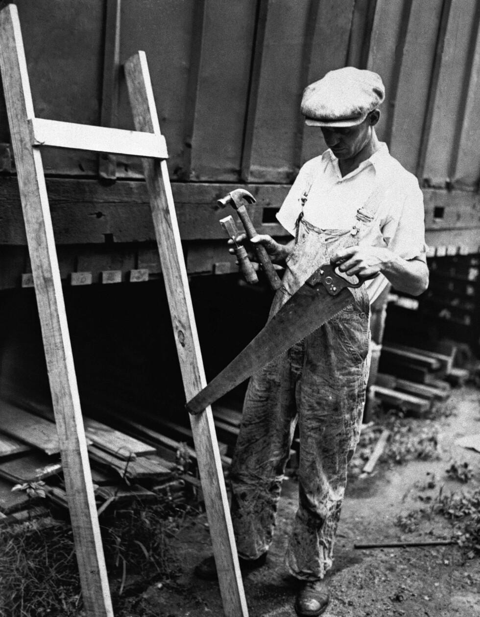 UNDERSØKELSER: Thomas Roulston, en ansatt ved National Millwork and Lumber company i The Bronx viser frem materiale som angivelig var det samme som det stigen som ble brukt under kidnappingen var laget av. Mistenkte Bruno Hauptmann jobbet her. Foto: NTB Scanpix