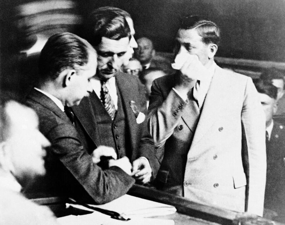 MAFIAKONTAKTER: Charles A. Lindbergh fikk mafiakontakter til å avlevere løsepengene. Her er Salvatore Spitale (t.h.), én av de tre utvalgte av Lindbergh, fotografert under under en rettssak i New York i 1932. Foto: NTB Scanpix