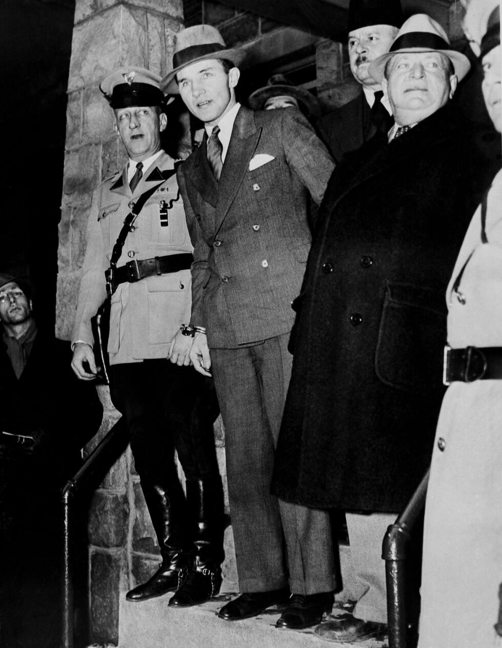 DØMT TIL DØDEN: Sheriff John H. Curtiss (t.h.) geleidet Bruno Richard Hauptmann ut av Flemington-fengselet for å overføres til Trenton, hvor han skulle være frem til henrettelsen 3. april 1936. Foto: NTB Scanpix