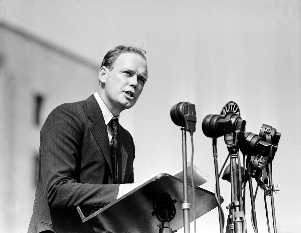ABSOLUTT RASERENHET: Til tross for at Charles Augustus Lindbergh skal ha kalt Hitler en fanatiker, delte han også samme syn på raserenhet som føreren. Enkelte hevder at hans 11 barn er et resultat av at han ønsket å føre sine ariske gener videre. Dette bildet er tatt under et massemøte i Chicago i august 1940. Foto: NTB Scanpix