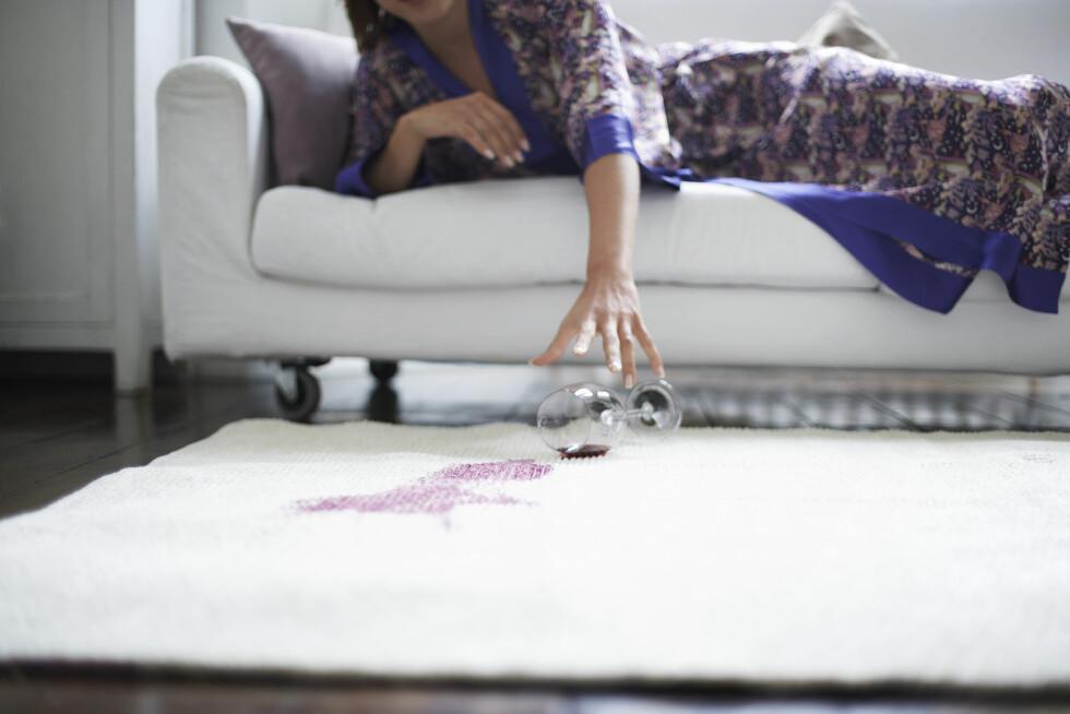 UPS: Rødvin kan lage store stygge flekker på tekstil, men er du kjapp så kan du klare å fjerne flekken. Foto:  sirtravelalot / Shutterstock / NTB scanpix