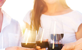 Rødvin på skjorta? Nei, det hjelper ikke med hvitvin