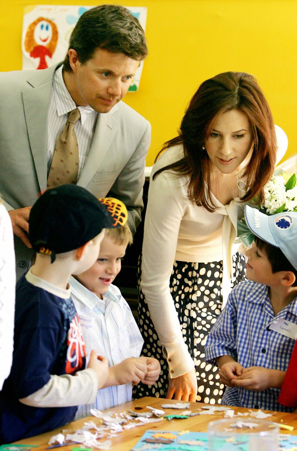 I SYDNEY: Kronprins Frederik og kona kronprinsesse Mary under et besøk ved en søndagsskole i en dansk kirke i Sydney, Australia, i 2005. Foto: NTB Scanpix