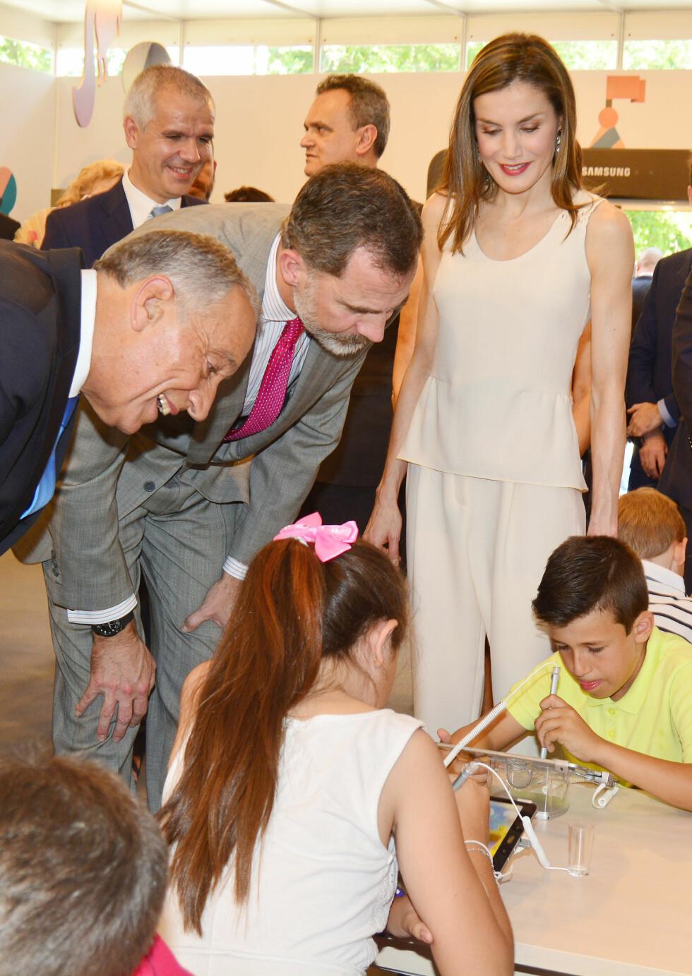 NÆRKONTAKT: Dronning Letizia og kong Felipe av Spania med den portugisiske presidenten Marcelo Rebelo de Sousa (t.v.) under   Madrid Book Fair ved Retiro Park i mai i år. Her sjekker de ut hva barna som deltok på bokmarkedet holder på med. Foto: NTB Scanpix