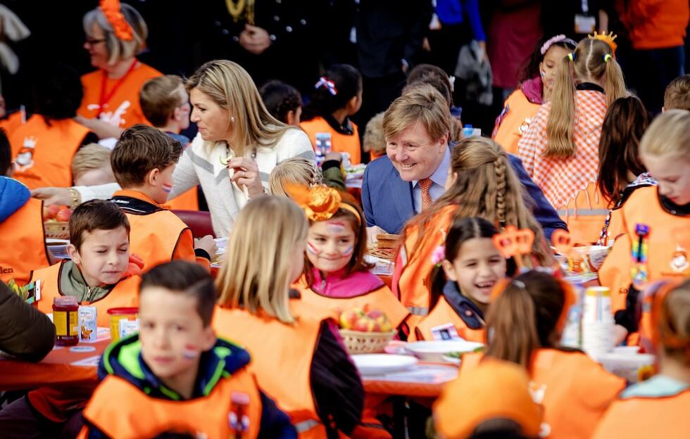 MED PÅ MOROA: Kong Willem-Alexander og dronning Maxima deltok på Koningsspelen i april i år. Foto: NTB Scanpix