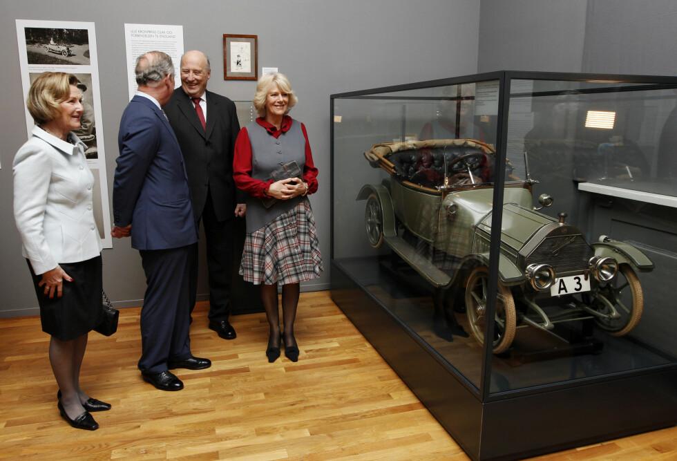 """HJERTELIG STEMNING: Det norske kongeparet hadde besøk av prins Charles av Wales og hertuginne Camilla i 2012. Her beundrer de kronprins Olavs """"baby Cadillac"""" under et besøk på Kunstindustrimuseet. Den lille cadillacen var en gave fra dronning Alexandra av Storbritannia, kronprins Olavs mormor, julen 1912. Camilla og Charles var dog ikke til stede da kongeparet feiret 80-årsdagene sine i mai i år. Foto: NTB Scanpix"""
