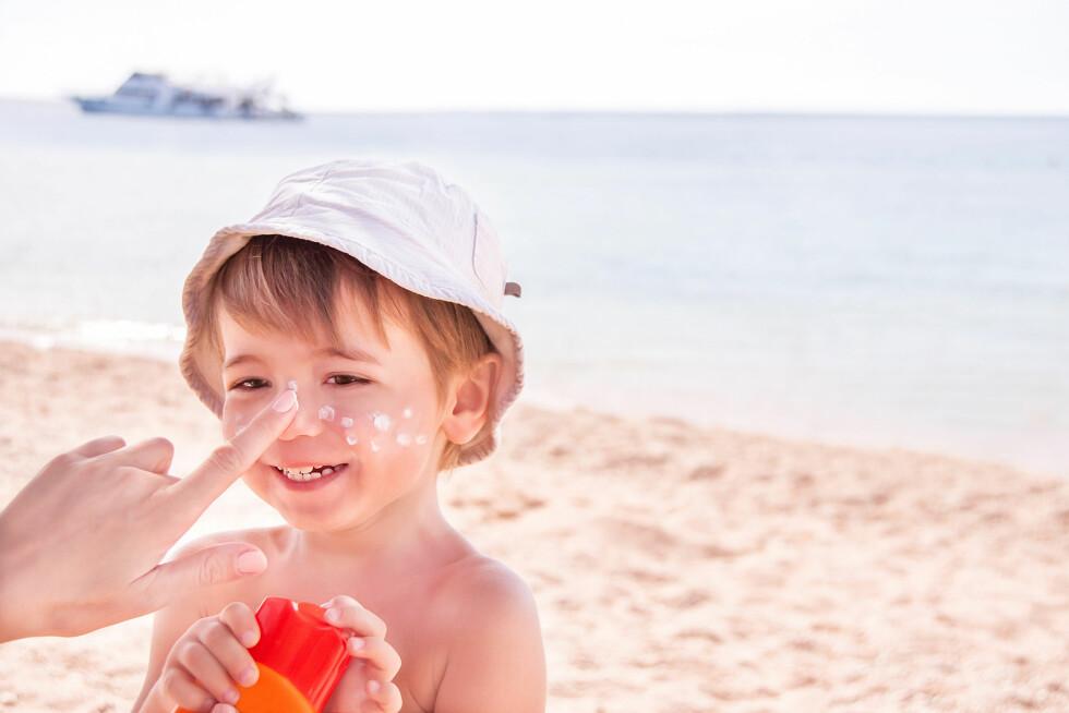 FORSKJELL PÅ BARN OG VOKSEN: - Det er en grunn til at det er egne solkremer for barn, sier Kent Hart i Naaf. Foto: Scanpix