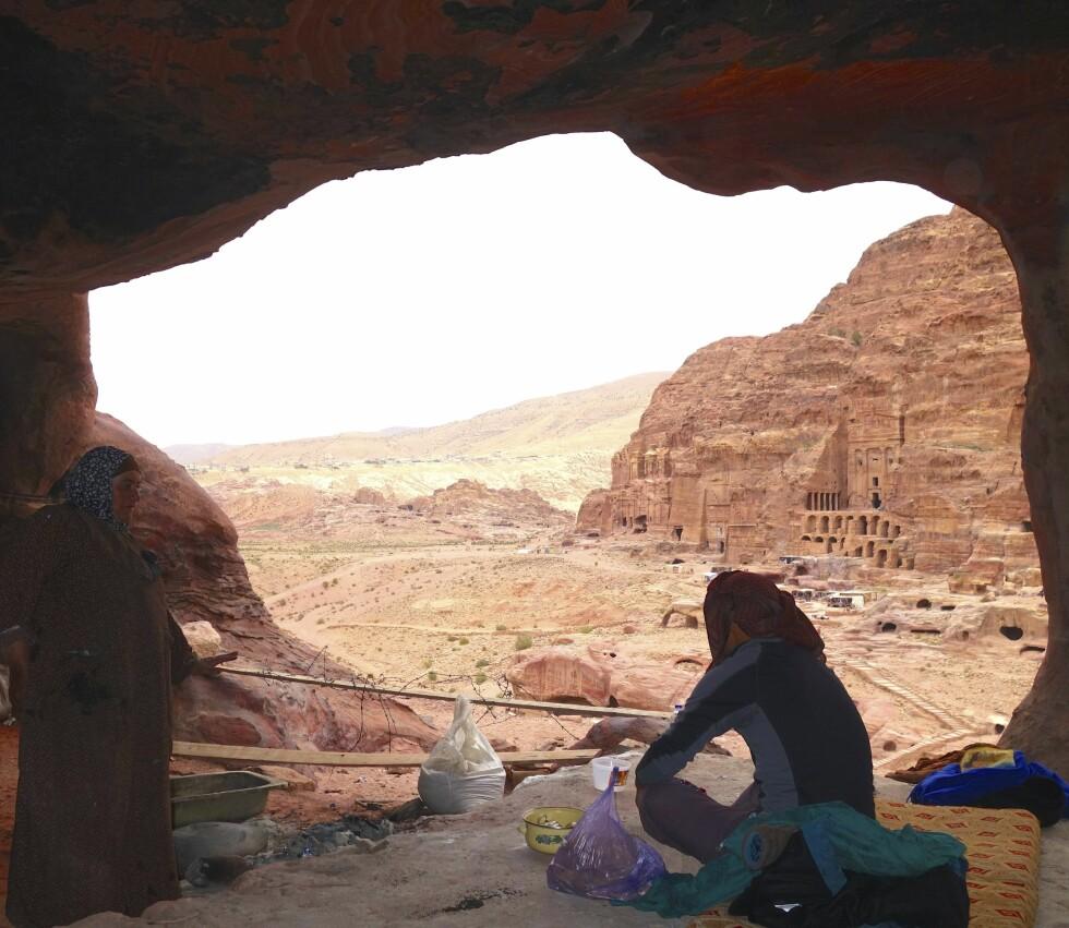ØRKENVANDRING: I Jordan gikk Lene Wold flere dager i ørkenen sammen med en lokal beduin som tolk. Her fra oldtidsbyen Petra. For å beskytte seg selv sa Lene Wold at hun hadde mann og barn hjemme i Norge. Til tolken fortalte hun også at hun var gravid i fjerde måned.  Foto: Privat