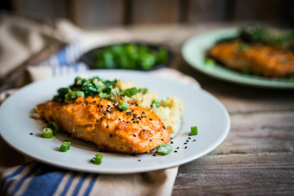 FET FISK: Vil man utsette overgangsalderen lengst mulig, lønner det seg å spise tilstrekkelig med D-vitaminer og kalsium. Fet fisk er en god kilde til vitamin D. Foto: NTB scanpix