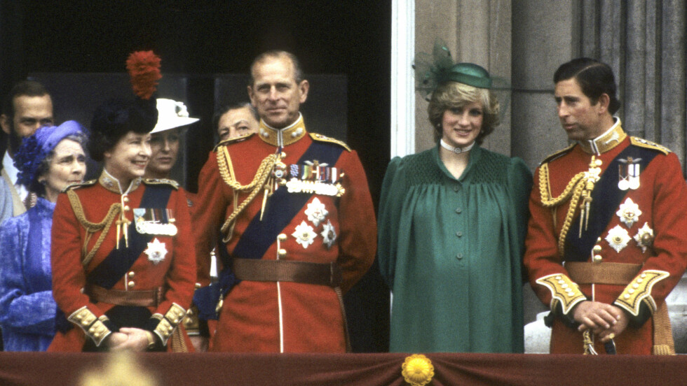 PRINSESSE DIANA: Dette bildet er tatt kort tid før hun fødte sin første sønn, prins William, i 1982. Her med ektemannen prins Charles og svigerforeldrene dronning Elizabeth og prins Philip.  Foto: NTB Scanpix