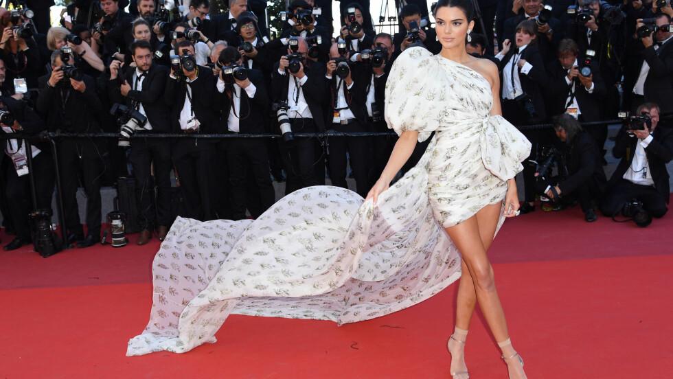 CANNES FILM FESTIVAL: Kendall Jenner gjør noe ganske så utradisjonelt her - ser du hva? Foto: Pa Photos