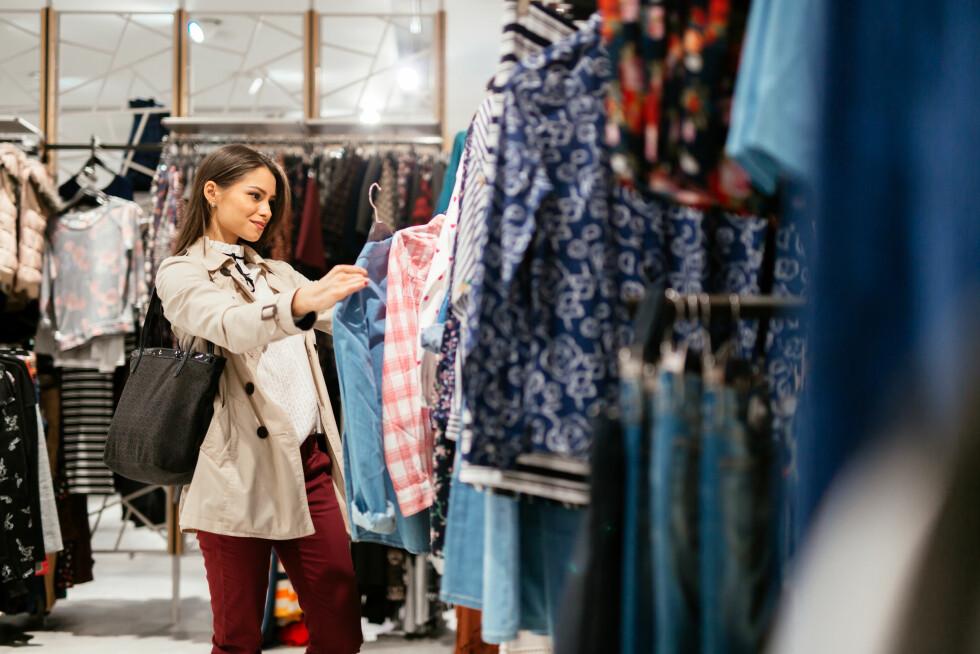DROPP SHOPPINGEN: Ifølge ekspertene er det ikke noe vits i å handle klær og sko i Sverige. Foto: NTB scanpix
