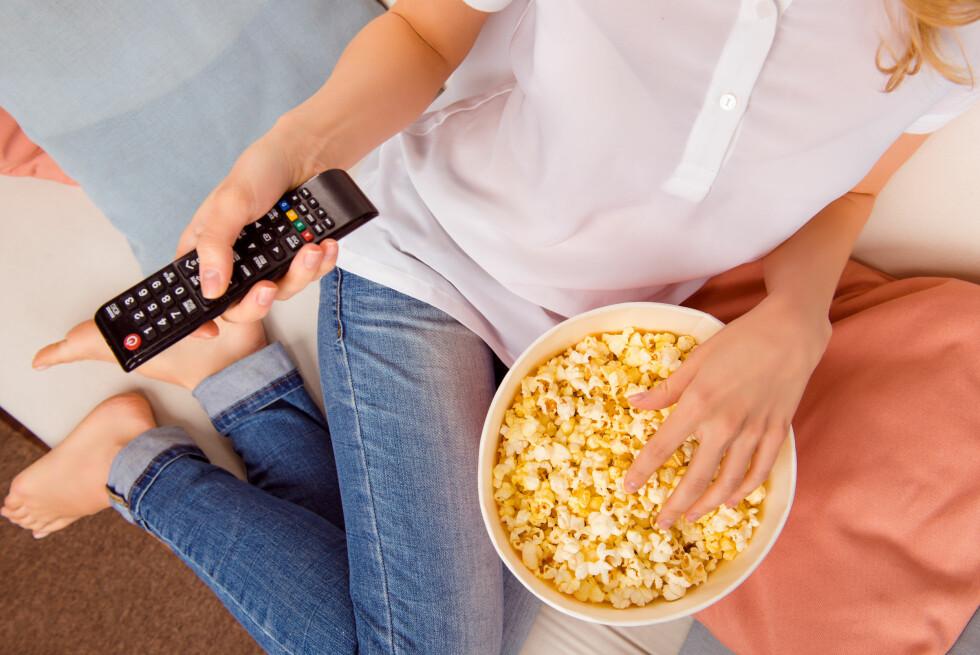 <strong>SNACKS:</strong> Jo større skål, jo mer spiser du. Du gjør derfor lurt i å sørge for mindre porsjoner. Foto: Roman Samborskyi / Shutterstock / NTB scanpix