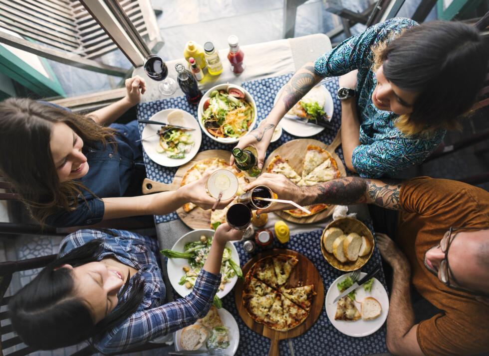 <strong>HYGGE:</strong> Man kan selvsagt spise foran tv-en av og til, men til vanlig er det best å nyte måltidene ved et spisebord sammen med familien. Foto: Rawpixel.com / Shutterstock / NTB scanpix