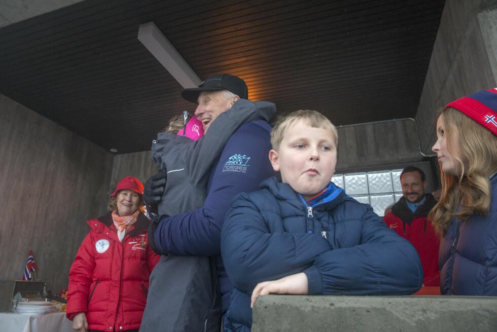 LITT UTÅLMODIG, SVERRE MAGNUS?: Kongefamilien hilste på langrennsløperen Therese Johaug - vinneren av verdenscupen 30 km for kvinner - i Holmenkollen i februar. Foto: NTB Scanpix