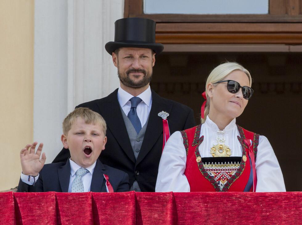 ET LITE GJESP: For prins Sverre Magnus starter nasjonaldagen tidlig, og selv for små prinser er det lov med et lite gjesp på slottsbalkongen.  Foto: NTB Scanpix