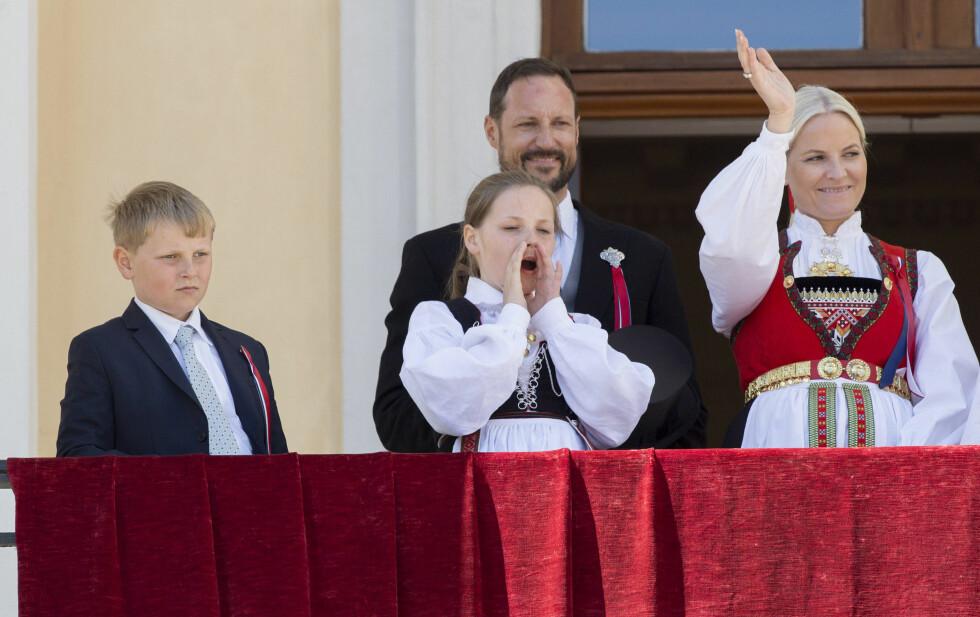 HILSTE PÅ FOLKET: Kanskje prinsesse Ingrid Alexandra så noen kjente i 17.mai-toget? Hun benyttet i alle fall anledningen til å si hei til folket fra slottsbalkongen under årets nasjonaldagsfeiring. Foto: NTB Scanpix